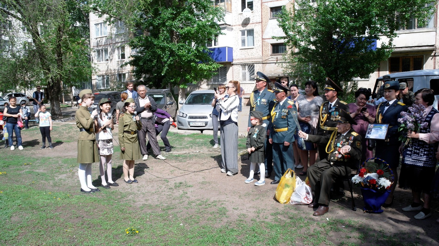 В Уральске гвардейцы необычно поздравили 105-летнего ветерана