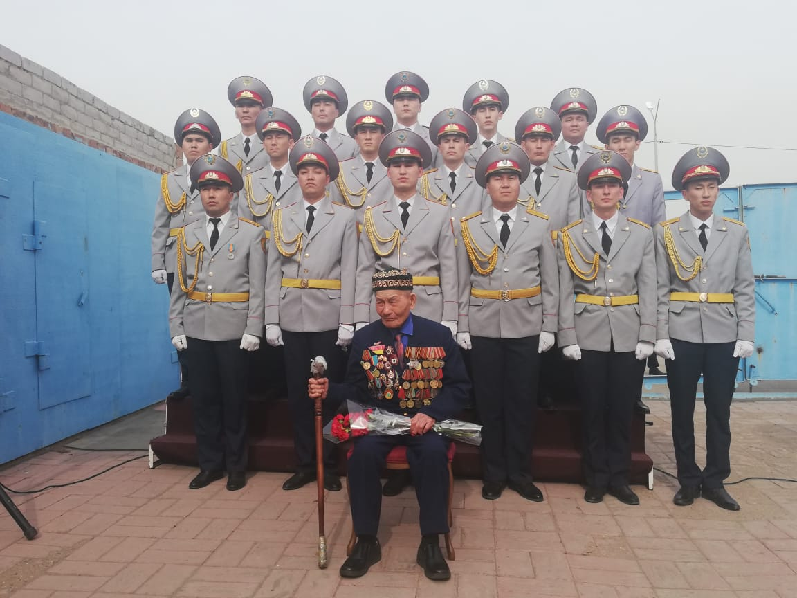 В Павлодаре под окнами ветеранов исполнили военные песни
