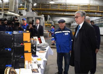К. Токаев ознакомился с производственным процессом сборки аккумуляторных батарей 4