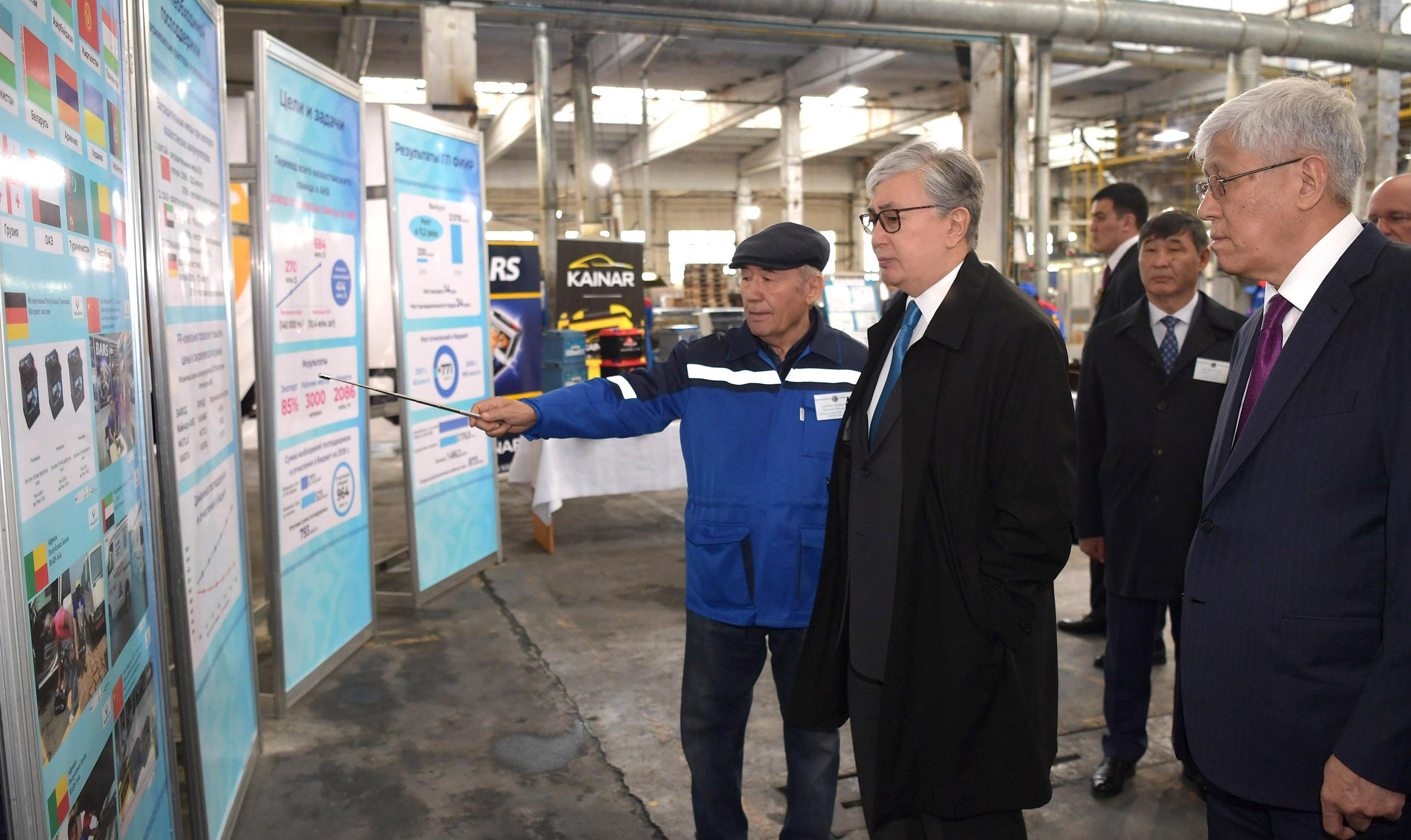 К. Токаев ознакомился с производственным процессом сборки аккумуляторных батарей