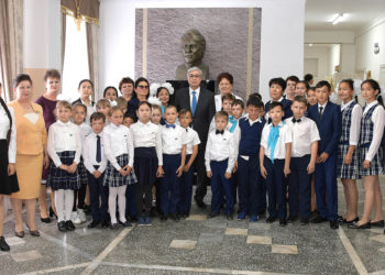 Президент Казахстана посетил школу в городе Уштобе 1