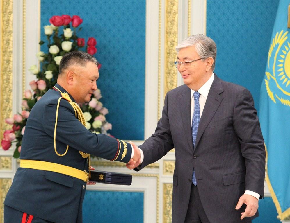 Касым-Жомарт Токаев вручил государственные награды военным