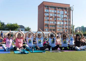 Пятьсот человек пришли на День йоги в Уральске 1