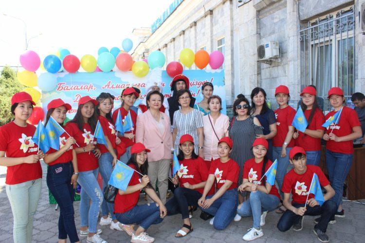 В Алматы сенатор встретила группу детей, прибывших из Арыси 1