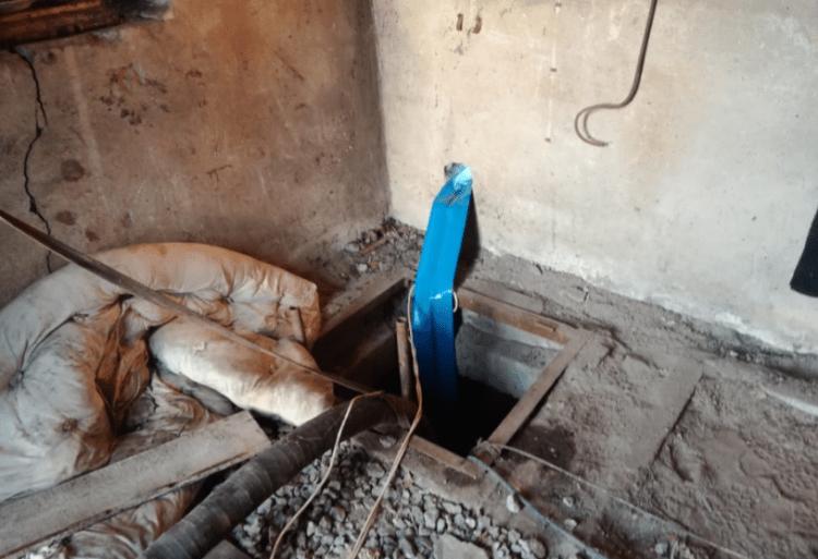 Трое мужчин провалились в канализационный колодец в Караганде 1