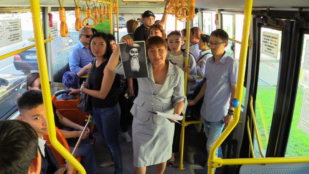 В автобусах Семея музыканты исполнили казахские кюи