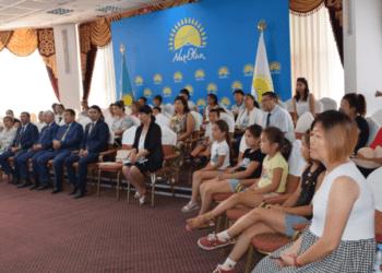"""Члены """"Nur Otan"""" и депутаты Маслихата вручили детям комплекты школьных принадлежностей 1"""