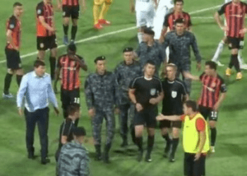 В Шымкенте гвардейцам пришлось защищать судью от нападков футболистов (ВИДЕО) 2