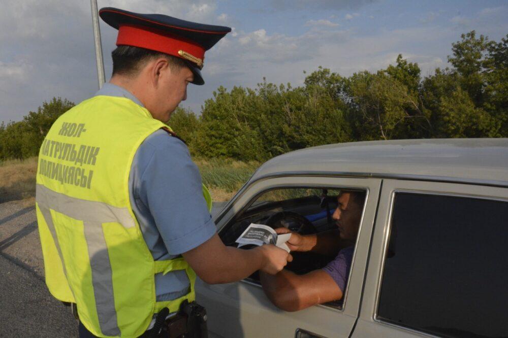 Жамбылские полицейские раздали памятки ПДД водителям