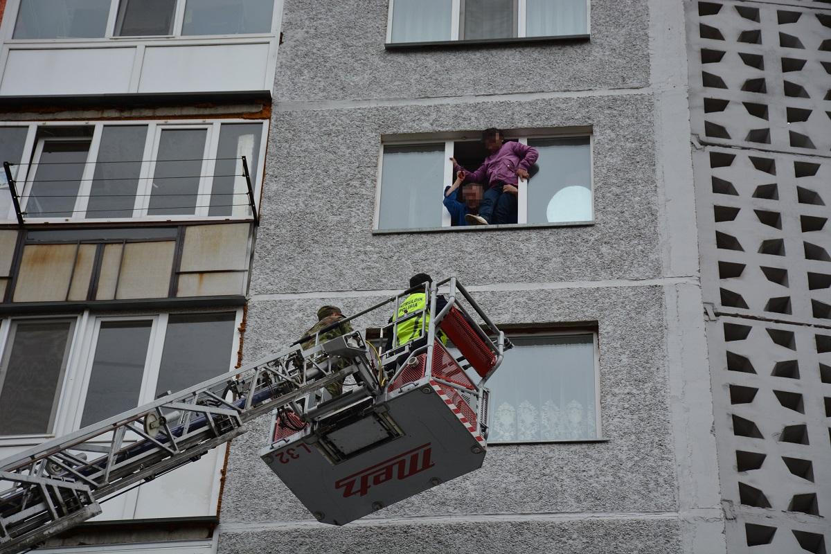 В Петропавловске полицейские взяли штурмом квартиру — владелец грозился ее взорвать (Фото+Видео)