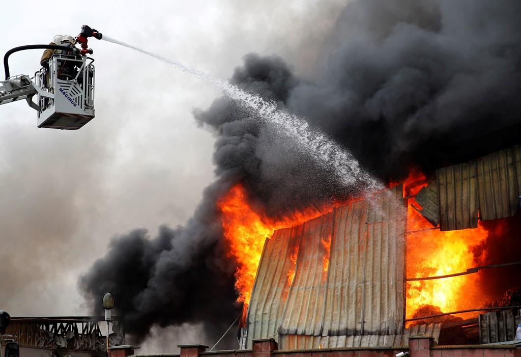 В Алматы опять горит барахолка (ВИДЕО)