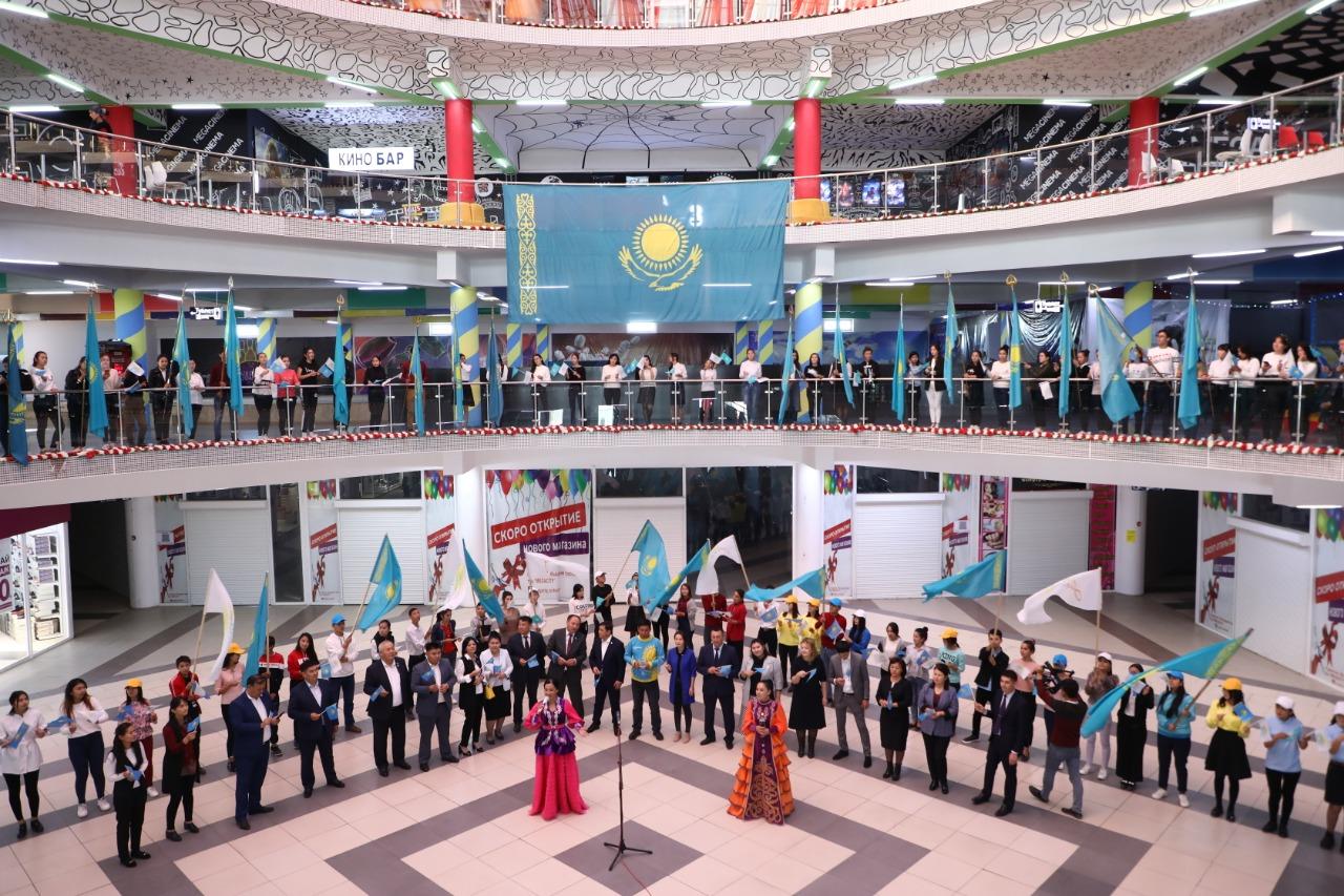 В Туркестане прошла патриотическая акция «Мой флаг, моя Родина!»