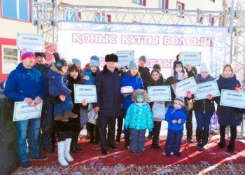 Выпускникам детских домов вручили ключи от квартир в Усть-Каменогорске 1