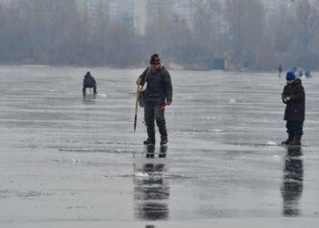 Автомобиль с рыбаками провалился под лед в ВКО