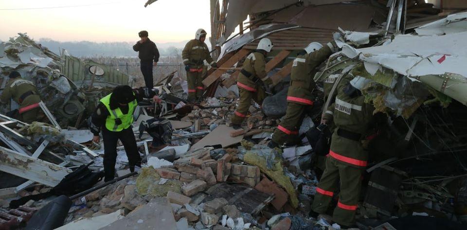 Самолет Bek Air разбился в Алматы, есть выжившие