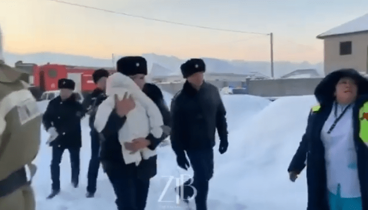 Видео спасения младенца из самолета Bek Air растрогало пользователей соцсетей 1