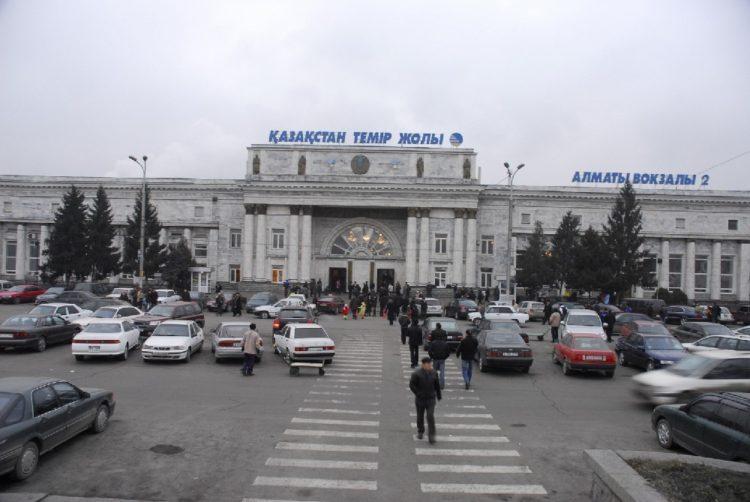 «Еле вытащили из-под бетона»: Обшивка вокзала Алматы-2 упала на мужчину