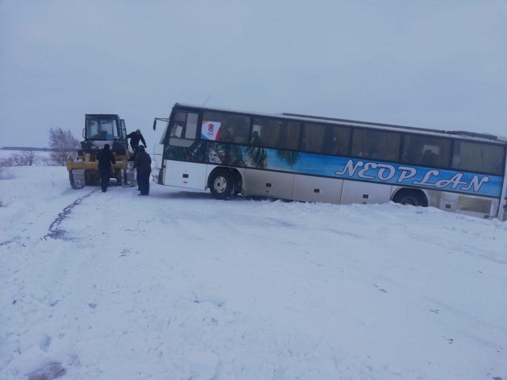 В СКО еле откопали из снега автобус с актюбинскими хоккеистами, которые ехали на матч в Петропавловск 1