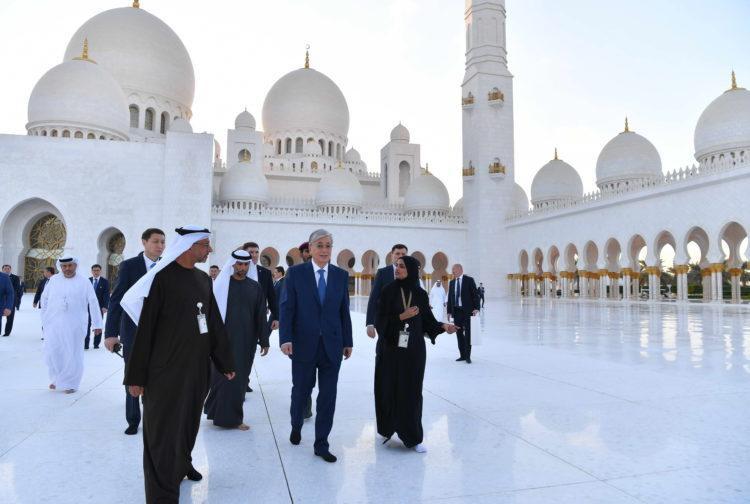 Токаев оставил запись в книге почетных гостей мечети шейха Заида