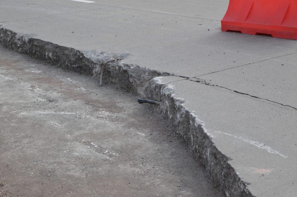 Снег на новой трассе за семь миллиардов тенге Караганда - Темиртау чистят вместе с бетоном 1