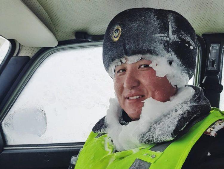 Фото позитивного замерзшего полицейского с трассы Темиртау-Караганда разместили в сети