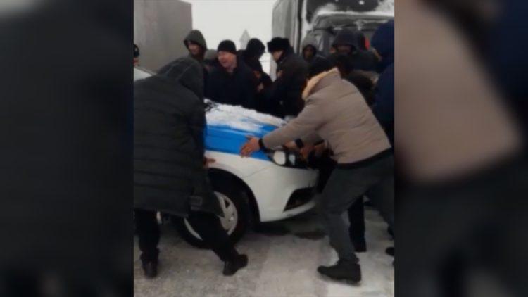 Отодвинули служебное авто и сопротивлялись полицейским: накажут троих водителей