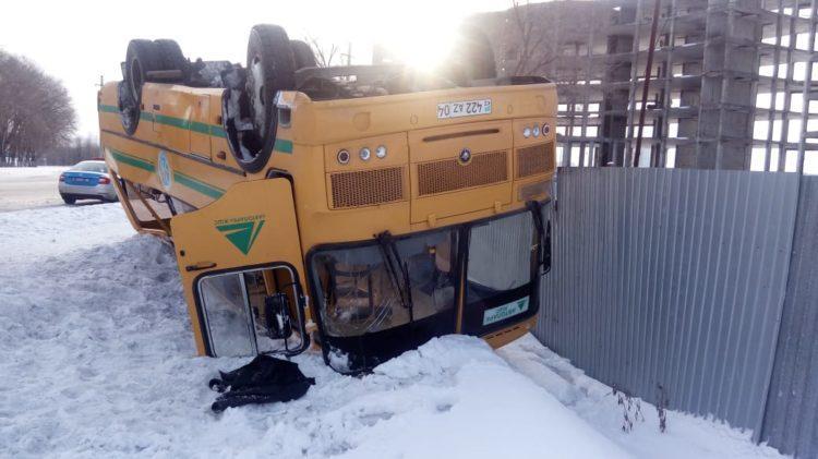 О состоянии пострадавших при опрокидывании автобуса в Актобе рассказали врачи