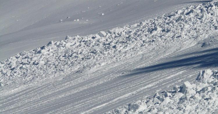 Из-за угрозы схода снежных лавин ограничили движение на востоке Казахстана