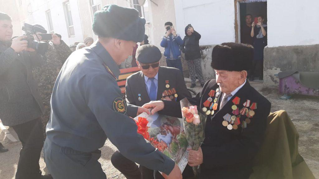 В Атырау гвардейцы исполнили песни военных лет под окнами ветерана ВОВ 1