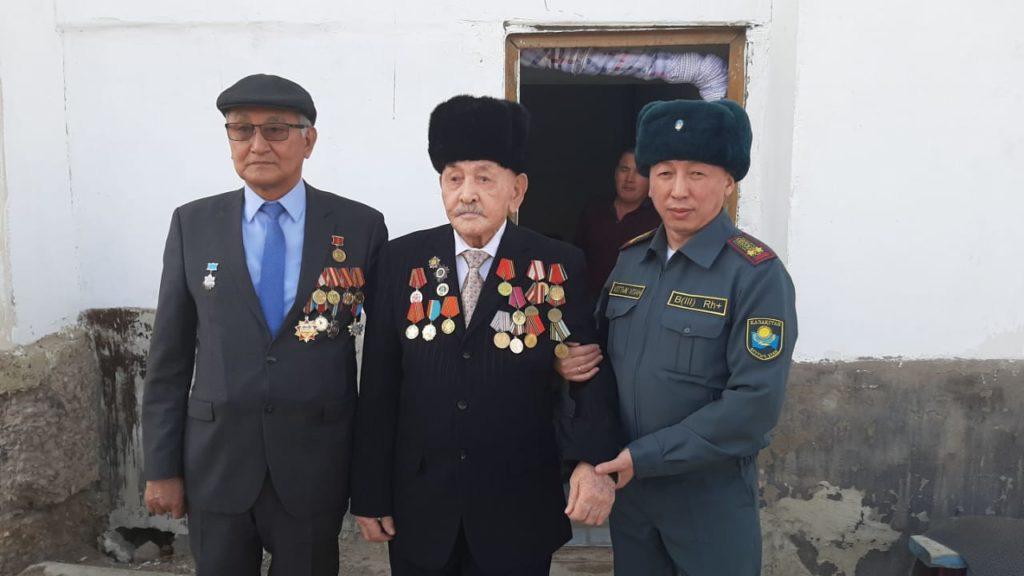 В Атырау гвардейцы исполнили песни военных лет под окнами ветерана ВОВ 2