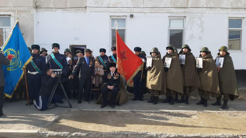 В Атырау гвардейцы исполнили песни военных лет под окнами ветерана ВОВ 3