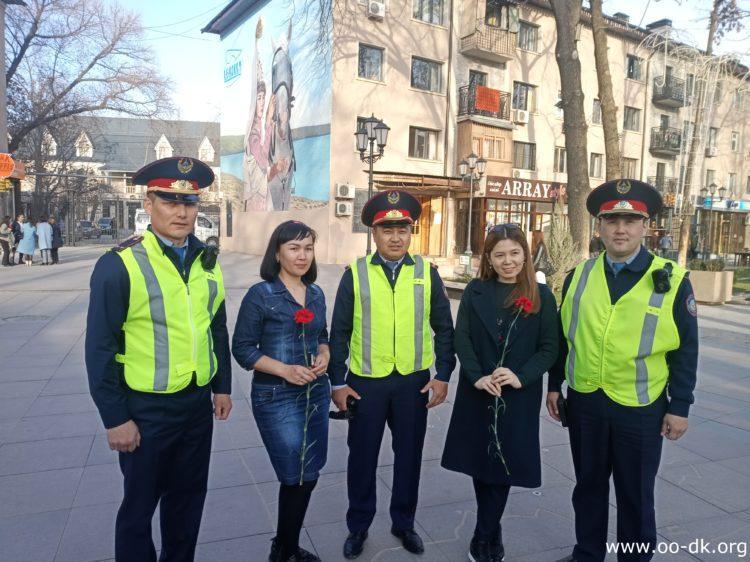 Полицейские Шымкента спели на улице для горожанок по случаю 8 марта