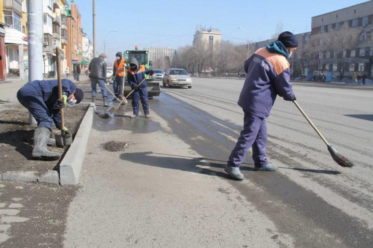 Для увеличения числа дворников в Усть-Каменогорске сократили конторских работников