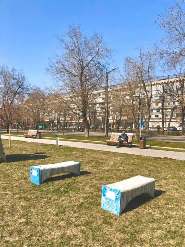 Спасли от свалки — скамейки из переработанного пластика появились в Алматы