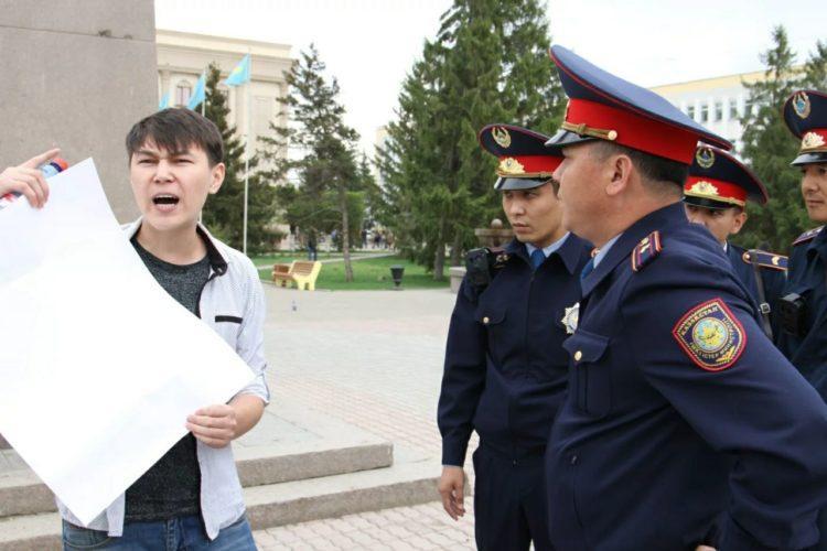 В Казахстане запретят пикетировать в одиночку у правительственных зданий 1