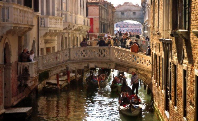 Власти Италии закрывают Венецию и Милан