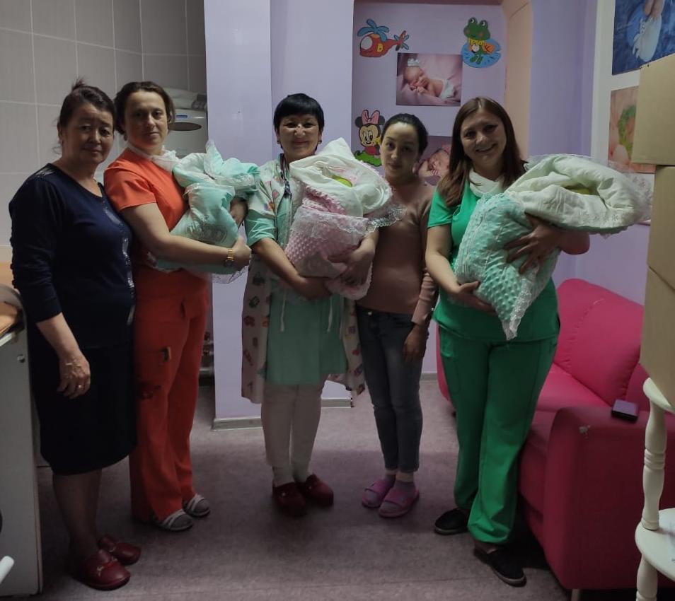 В Алматы врачи выходили недоношенную тройню. Девочки родились по 1,5 килограмма 1