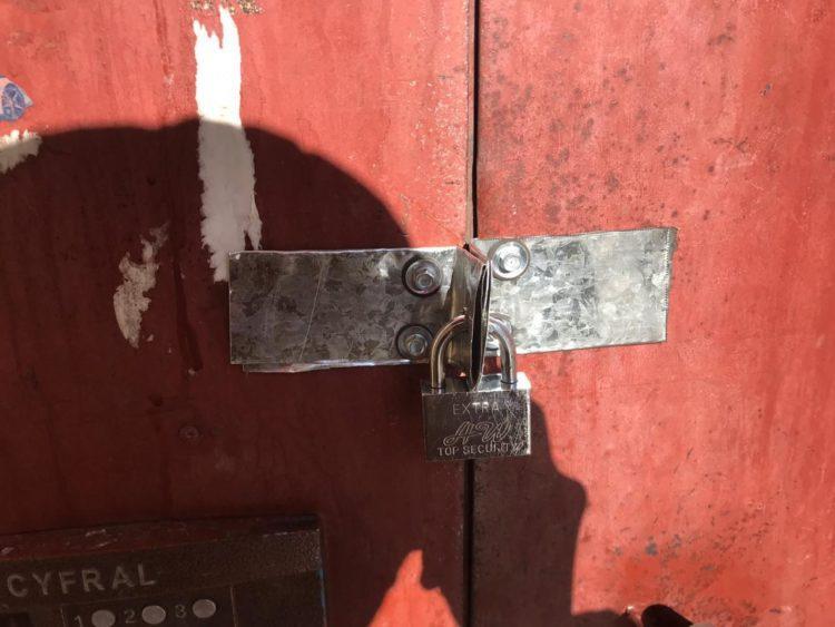 Карагандинцев закрыли в подъезде на замок 1