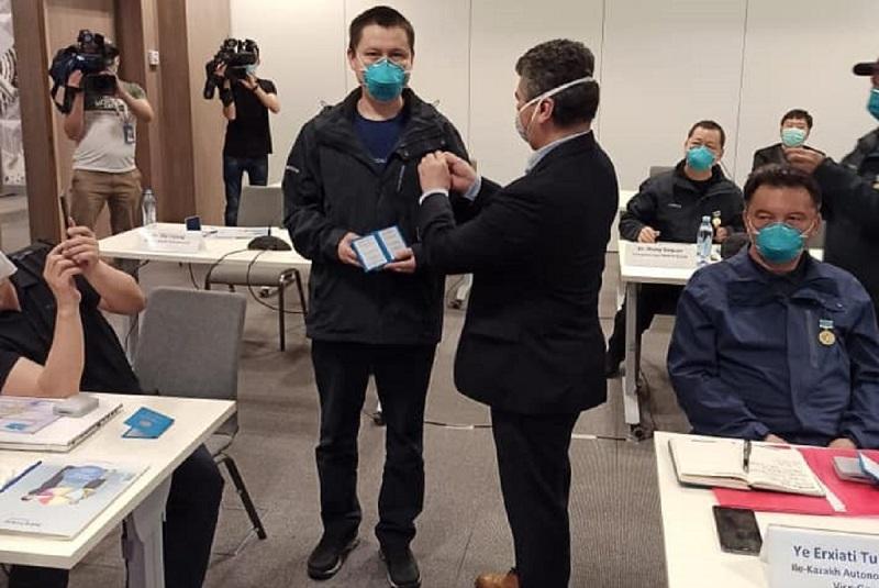 Прибывших из Китая медиков наградили в Казахстане
