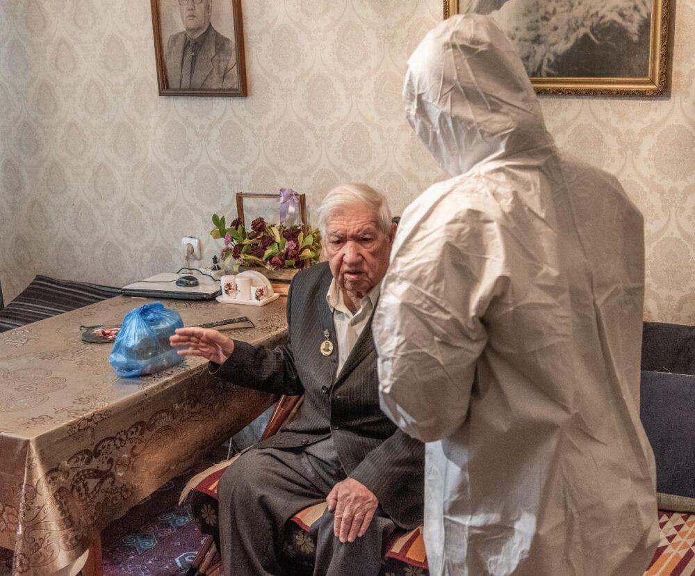 Нуротановцы доставили горячие еду пожилым людям