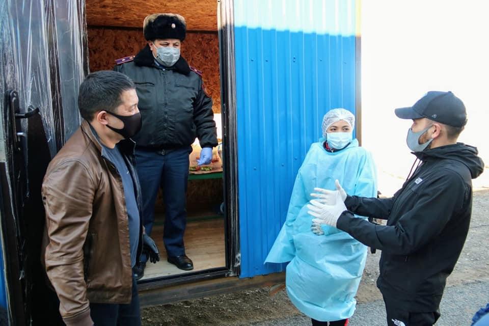 Волонтеры накормили полицейских и врачей, работающих на блокпосте в Павлодарской области 1