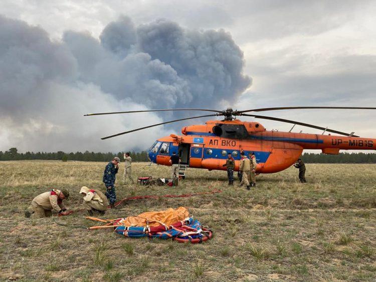 Тонны воды сбросили на горящие леса в горах ВКО