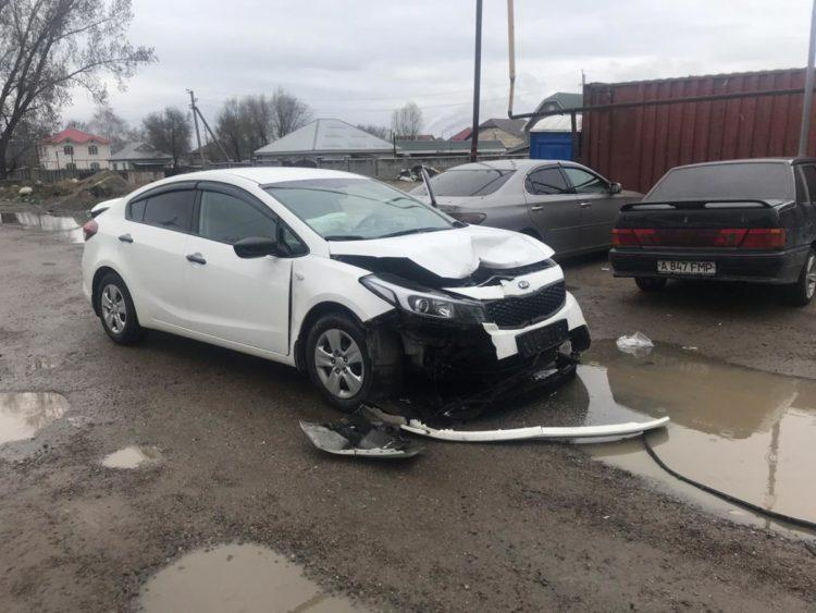 Тойота протаранила блокпост в Алматы: полицейский с переломами доставлен в больницу 1