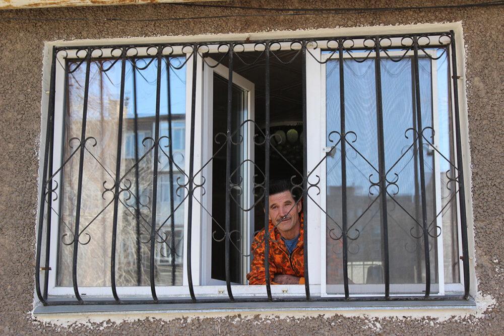 Баурсаки, склад в машине и КСК – как жители закрытого на карантин подъезда в Темиртау пережили изоляцию 1
