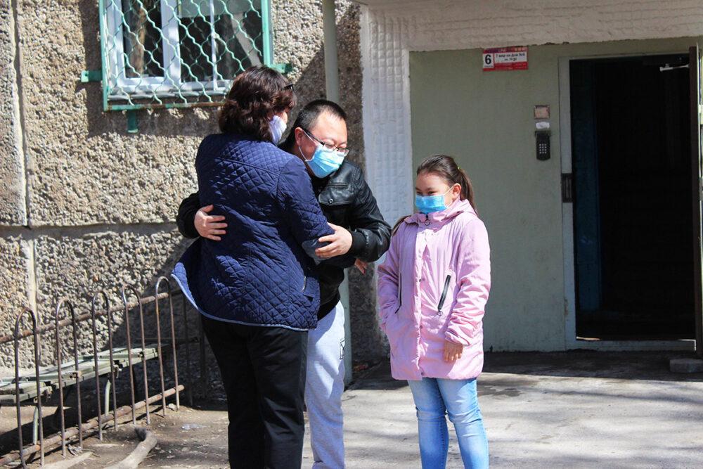 Баурсаки, склад в машине и КСК – как жители закрытого на карантин подъезда в Темиртау пережили изоляцию 4