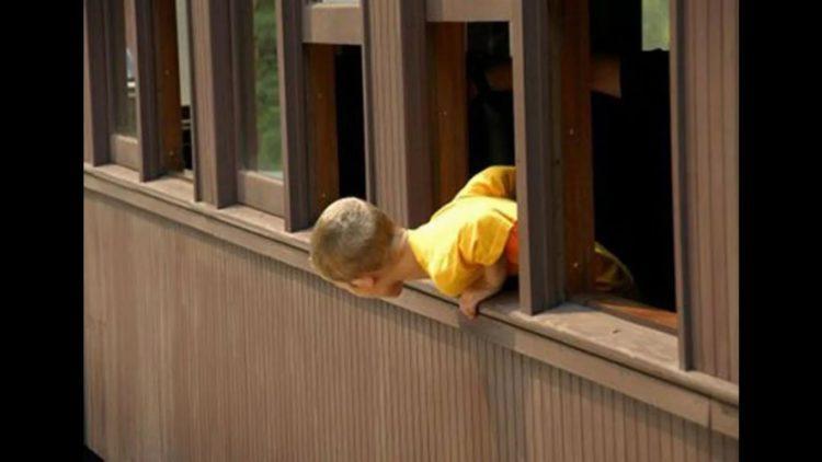 Ребенок выпал из окна четвертого этажа в Темиртау 1
