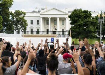 В США перед Белым домом начались беспорядки 1