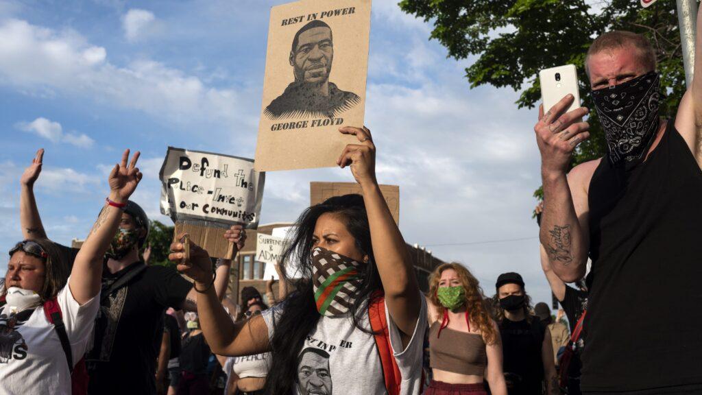 «В США умирают из-за двух вирусов: COVID-19 и расизм»: Американцы бунтуют из-за смерти темнокожего от рук полицейских 4