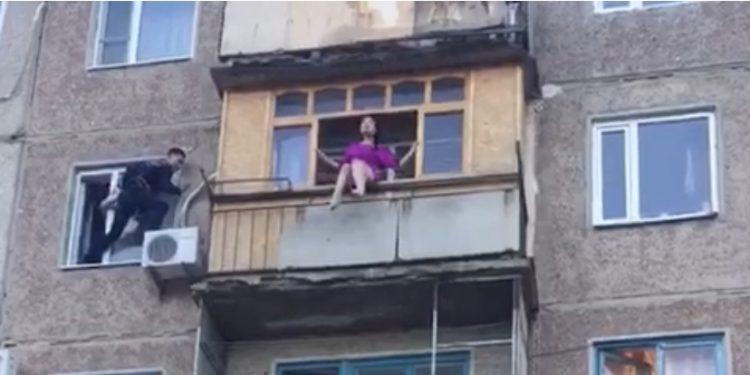 Пьяная женщина пыталась спрыгнуть с балкона в Жезказгане 1