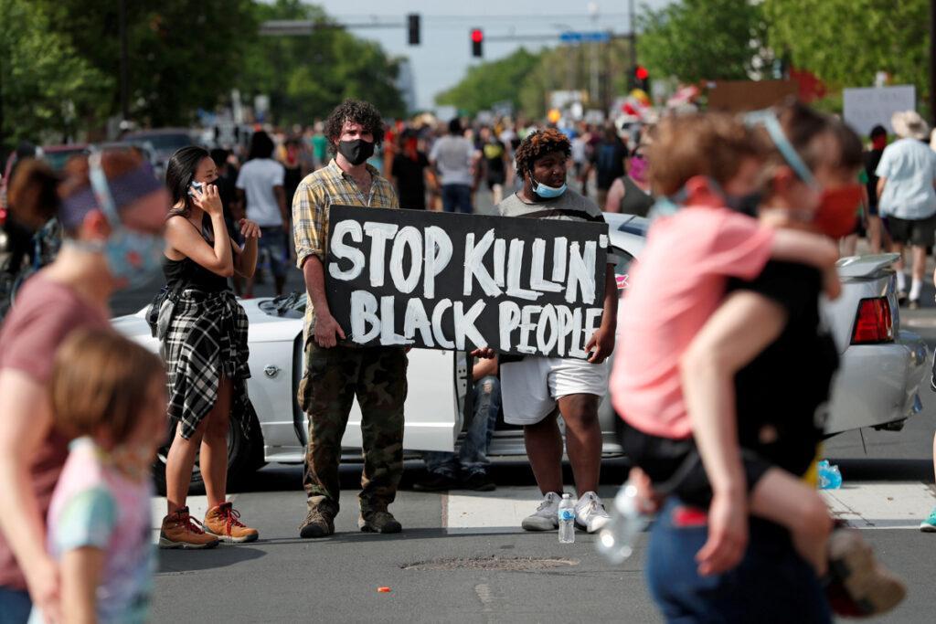«В США умирают из-за двух вирусов: COVID-19 и расизм»: Американцы бунтуют из-за смерти темнокожего от рук полицейских 5